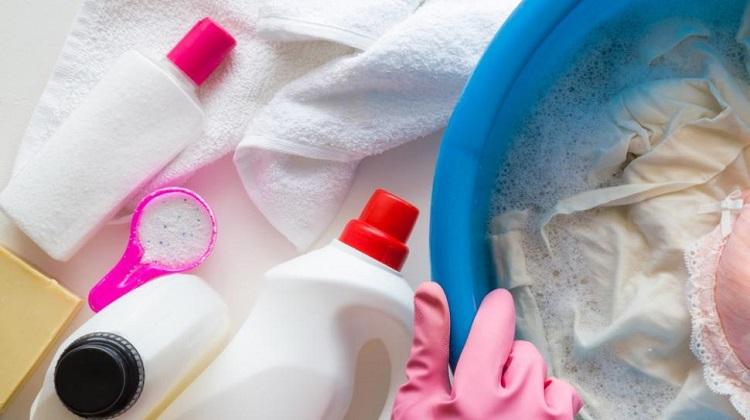 Ilustrasi penggunaan pemutih pakaian, Sumber : suara.com