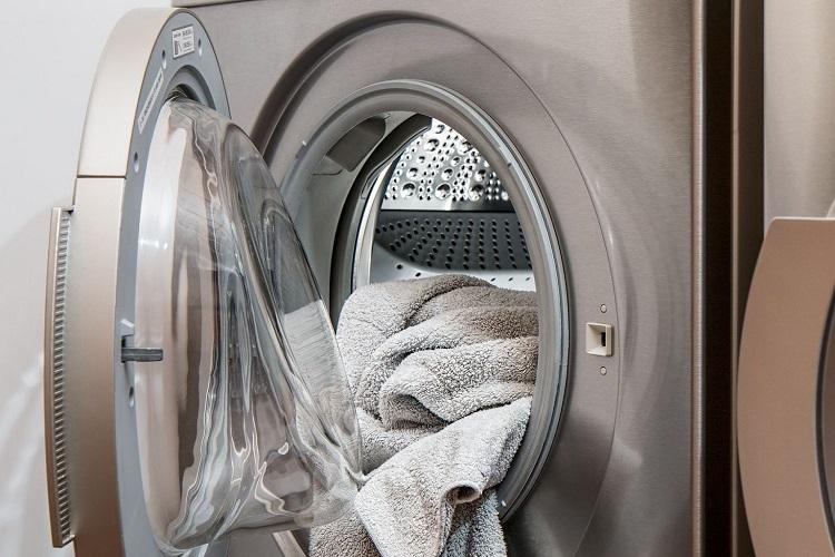 Mencuci menggunakan mesin cuci, Sumber : pikiran-rakyat.com