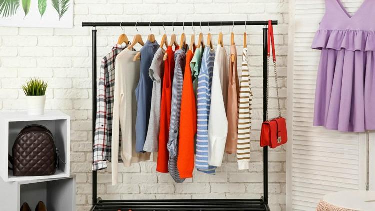 Menggantung pakaian, Sumber : orami.co.id