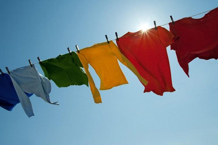 Menjemur pakaian di bawah sinar matahari, Sumber : garisatu.com