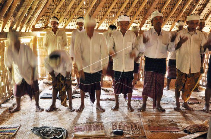 Mayoritas suku Sasak memeluk agama Islam. Selain itu, ada juga yang menganut agama Hindu, Budha, dan Animisme. Penduduk minoritas lainnya ada menganut kepercayaan kuno sebelum masuknya agama Islam, yaitu Boda.