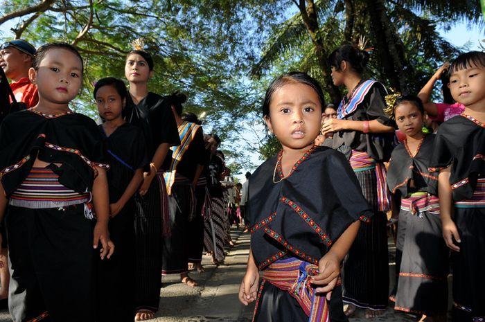 Pakaian Lambung adalah pakaian adat yang terdiri dari atasan yaitu baju berwarna hitam dengan kerah yang bentuknya menyerupai huruf V dan tanpa lengan.