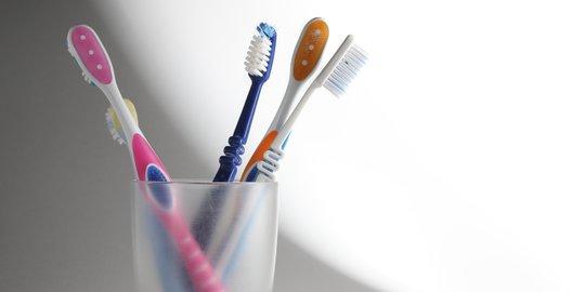 Untuk kain pakaian dengan noda madu yang terbentuk dari tetesan madu yang telah kering, kamu cukup gunakan sikat gigi bekas untuk membersihkan nodanya.