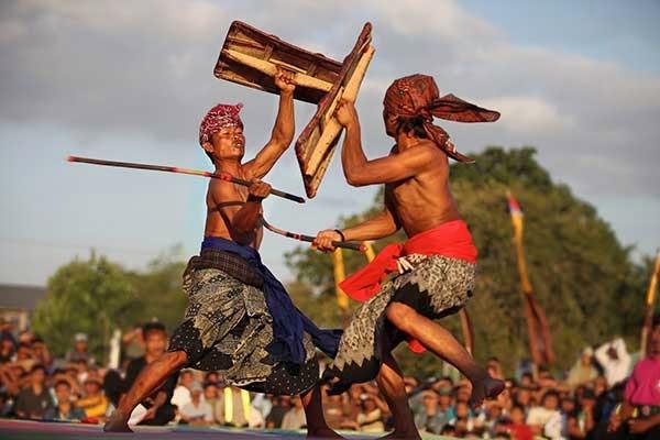 Baju adat suku sasak ada dua jenis. Ada yang khusus untuk kaum wanita yang disebut Lambung dan juga khusus untuk kaum pria yang disebut Pegon.